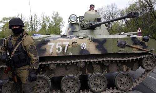 Binh sĩ Ukraine canh gác tại một điểm kiểm soát ở thành phố Slavyansk, miền đông Ukraine. Ảnh: Reuters.