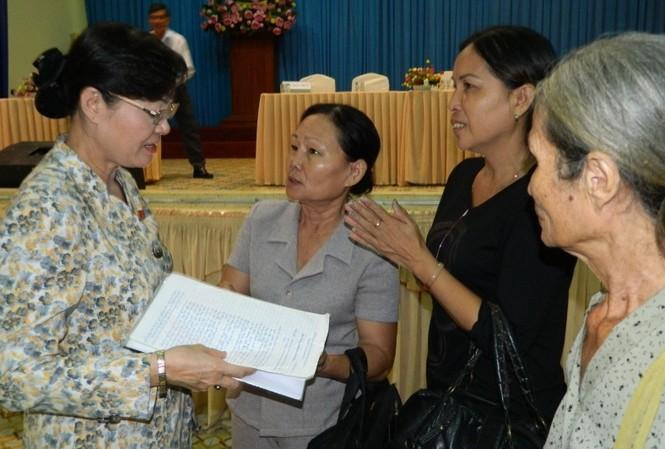 Chủ tịch HĐND TPHCM Nguyễn Thị Quyết Tâm tiếp thu ý kiến của các cử tri.