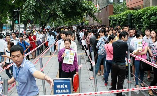 Hàng nghìn thí sinh xếp hàng nộp hồ sơ thi công chức ngành thuế Hà Nội năm 2014. Ảnh: Bá Đô.