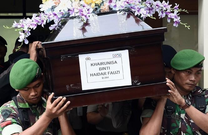 Lính Indonesia khiêng quan tài mang thi thể nữ tiếp viên hàng không Khairunisa Haidar Fauzi. Ảnh: CNA