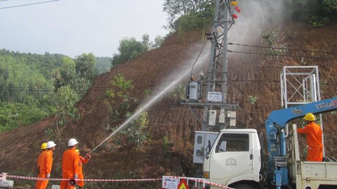 Phun nước áp lực cao rửa đường dây điện