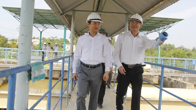 Bí thư Thành ủy Nguyễn Xuân Anh kiểm tra nhà máy nước Cầu Đỏ. Ảnh: Thanh Trần.