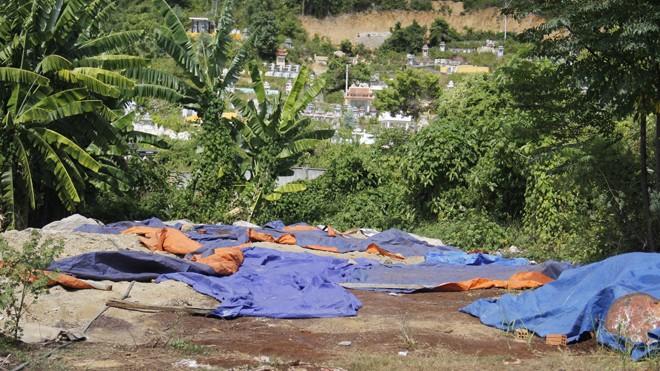 Khu vực chôn chân thải nghi độc hại trong khuôn viên công ty TNHH MTV dịch vụ môi trường Ánh Dương. Ảnh: Thanh Trần