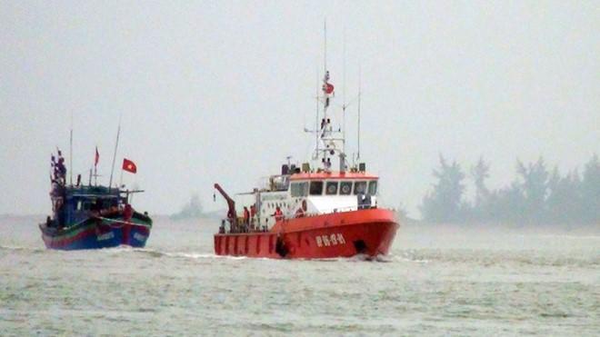 Tàu cứu hộ BĐBP Nghệ An đang lai dắt tàu bị nạn của ngư dân vào bờ trưa 24/9. Ảnh VTC news
