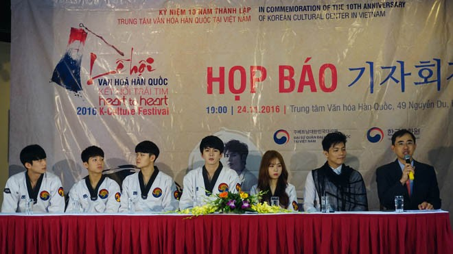 Giám đốc Trung tâm Văn hóa Hàn Quốc tại Việt Nam ( ngoài cùng bên phải) và các nghệ sỹ Hàn Quốc. ( Ảnh: L.A)