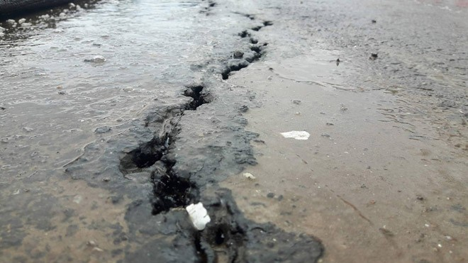 Vết nứt trên mặt cầu vượt được xác định nứt ở phần đường dẫn do trời mưa