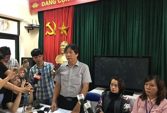 Ông Tạ Ngọc Thắng thông tin về vụ việc tại trường Tiểu học Quang Trung  sáng  6/12.