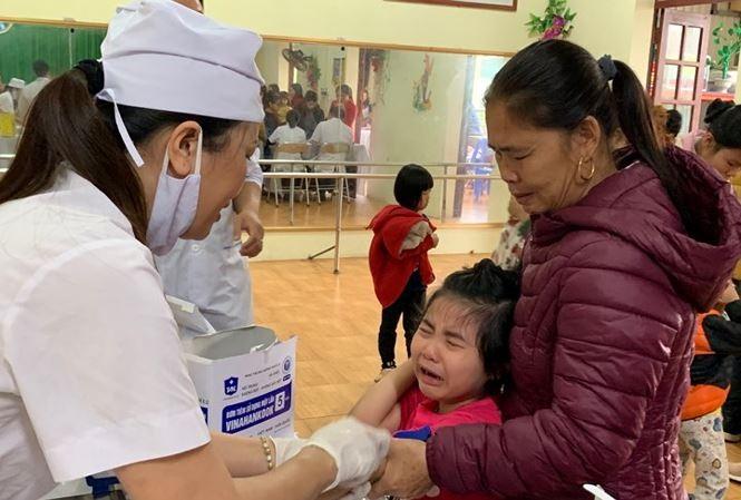 Trẻ 'sợ hãi' khi lấy máu xét nghiệm tại chỗ. Ảnh: Nguyễn Hà