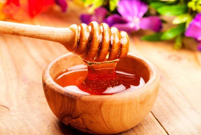 Mật ong chứa nhiều vitamin B, C, các khoáng chất quan trọng như canxi, kẽm, kali,...giúp giảm cảm giác bồn chồn, lo âu, giúp ngủ ngon. Ảnh: Internet