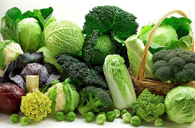 Thường xuyên ăn các loại rau xanh lá như rau diếp, cải xoăn, rau chân vịt, cải búp… sẽ giúp huyết áp giảm. Ảnh: Internet