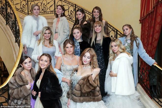 Tối 18/11, ái nữ của những gia đình quyền quý hàng đầu nước Nga từ các doanh nhân, tỷ phú, chính trị gia đến vận động viên, nghệ sĩ đình đám, đã quy tụ tại dạ tiệc trưởng tiệc Tatler Debutante Ball ở Moscow.