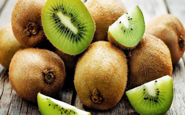 Một quả kiwi trung bình chứa một lượng vitamin C bằng gần 120% nhu cầu hàng ngày. Vitamin C có tác dụng kích thích sự tổng hợp collagen, giữ cho da trẻ trung và mịn màng. Ảnh: Internet