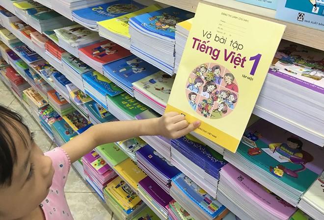 Nhà trường lựa chọn sách giáo khoa lớp 1. Ảnh minh họa