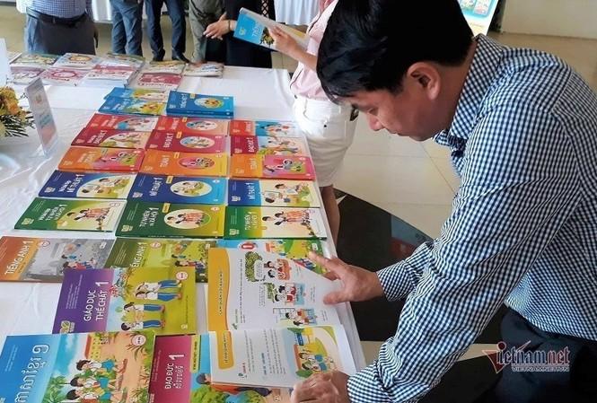 Các bộ sách giáo khoa lớp 1 được giới thiệu tại một hội thảo cuối tháng 11. Ảnh: Thanh Hùng