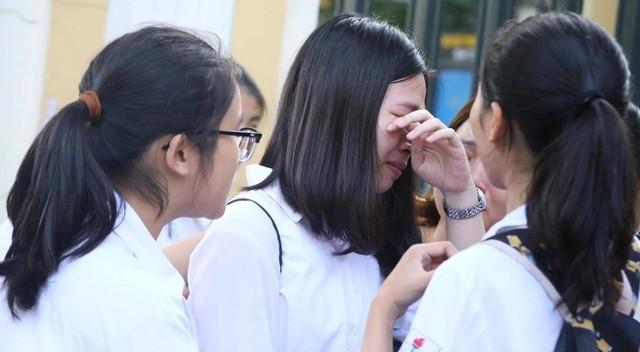 Học sinh khóc sau khi thi môn Toán vào lớp 10 THPT ở Hà Nội năm 2019 (Ảnh: Thuý Nga).