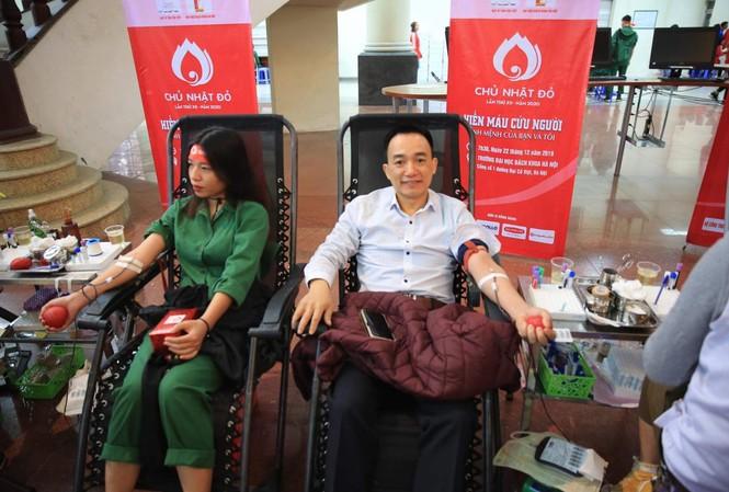 Thượng tá Lân tham gia hiến máu trong ngày Chủ Nhật Đỏ. Ảnh: Hồng Vĩnh