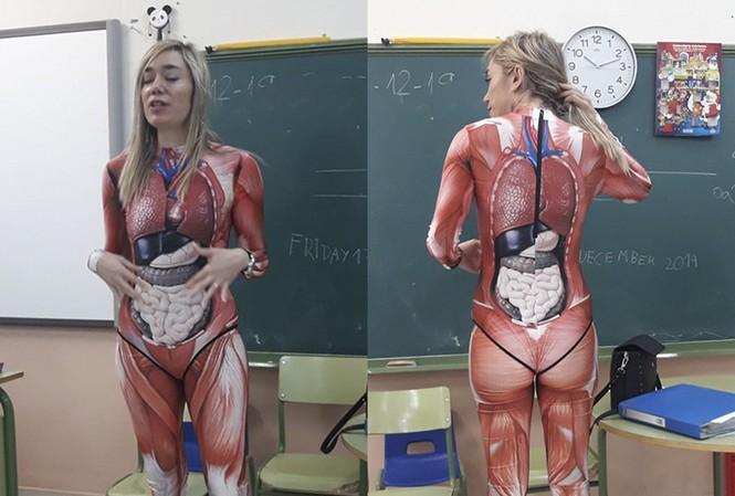 Cô Duque mặc đồ in hình giải phẫu lên lớp học. Ảnh: Twitter/Michael