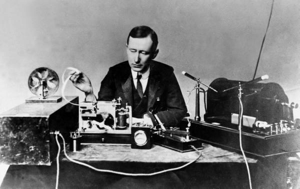 Kỹ sư điện/nhà phát minh Guglielmo Marconi (1874-1937) cùng hệ thống truyền tin không dây đầu tiên vượt Đại Tây Dương của ông tại Anh Quốc vào năm 1901.