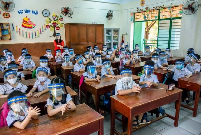 Ngoài khẩu trang, học sinh lớp học này của Trường Tiểu học Núi Thành còn đeo cả tấm chắn giọt bắn. Ảnh: Vietnamnet