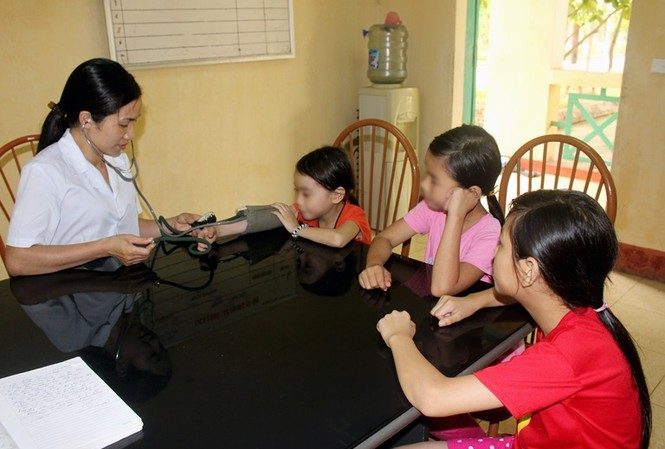 Thăm khám sức khỏe cho trẻ tại một cơ sở bảo trợ xã hội