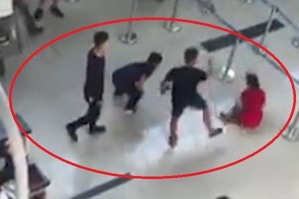 Các đối tượng hành hung nhân viên sân bay Thọ Xuân (Ảnh cắt từ clip)