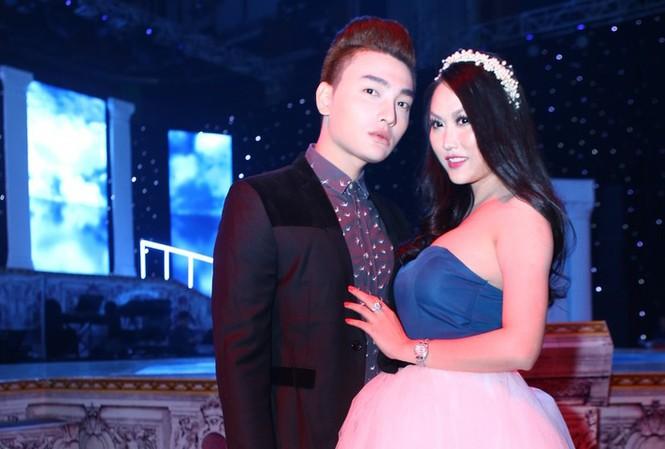 Phi Thanh Vân mặc váy công chúa, ôm chặt 'trai lạ'