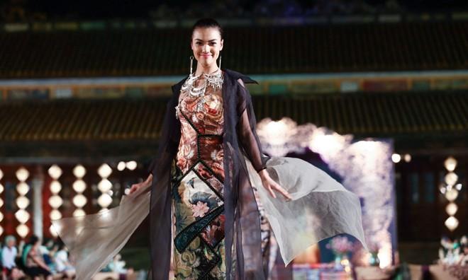 Hồng Quế mặc áo dài 'độc', múa trên sàn catwalk