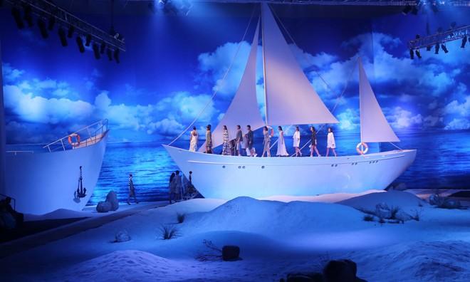 Sân khấu của đêm diễn được thiết kế kỳ công như một bãi biển thật.