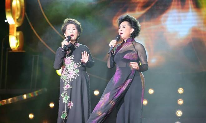 Phương Dung và Giao Linh trên sân khấu  đêm nhạc Sol Vàng với chủ đề 'Còn mãi những khúc tình ca' tối 14/6.