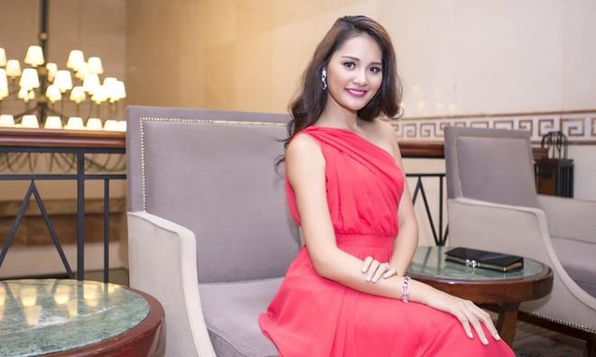 Hoa hậu Hương Giang đẹp kiêu sa với váy dạ hội đỏ.