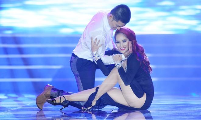 Khánh Thi nóng bỏng trong liveshow 'Dấu ấn' của ca sĩ Đức Tuấn tối 5/7.