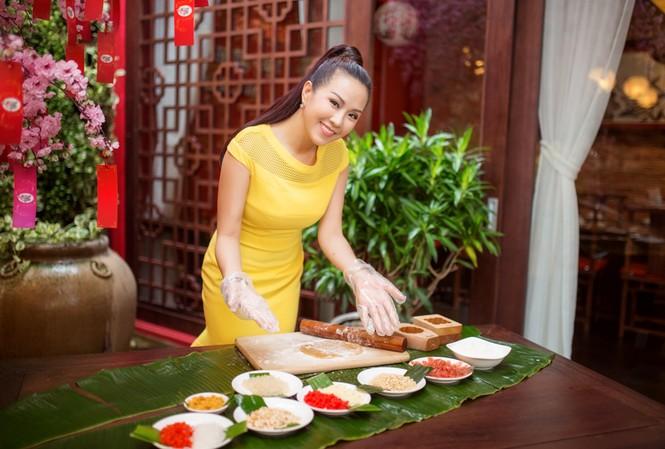 Hoa hậu phu nhân Thu Hoài tự tay làm bánh trung thu.