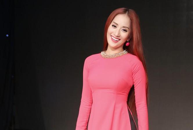 Khánh Thi kín đáo nhưng vẫn gợi cảm với áo dài.
