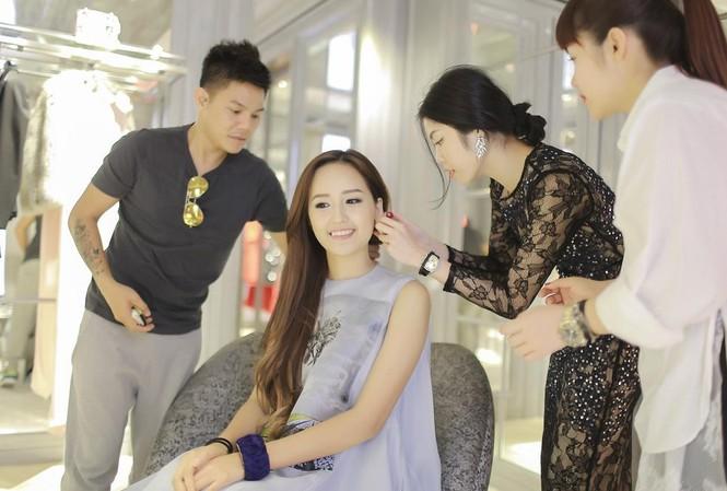 Mai Phương Thúy được các chuyên gia của Dior thử đồ cho buổi party.
