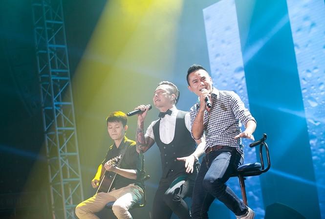 Tuấn Hưng và Tú Dưa tái hiện một nửa của nhóm 'Quả dưa hấu' trên sân khấu Hải Dương.