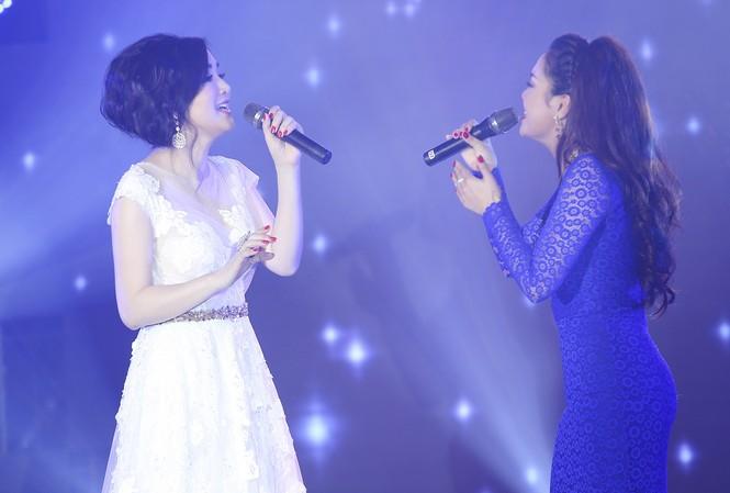 Hoa hậu Giáng My song ca cùng ca sĩ Ngọc Anh trên sân khấu.