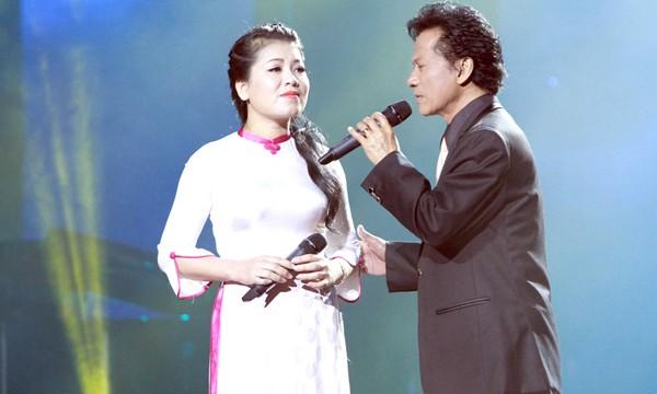 Anh Thơ và Chế Linh song ca trên sân khấu.