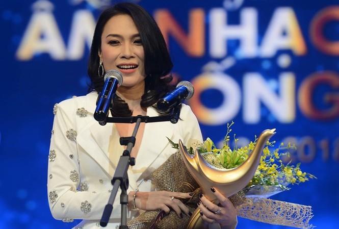 Mỹ Tâm lên sân khấu nhận giải Cống hiến hộ đạo diễn 'Em Gái Mưa'.