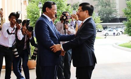 Phó Thủ tướng Campuchia Prak Sokhonn và Phó Thủ tướng Phạm Bình Minh. Ảnh: VGP/Hải Minh