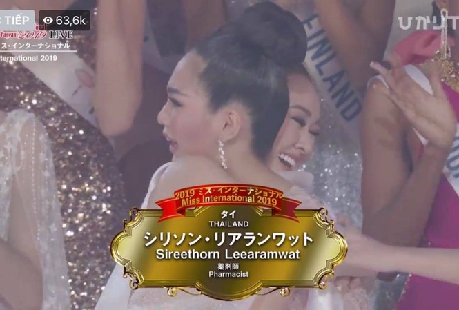 Tường San ôm người đẹp Thái Lan bật khóc khi người đẹp xứ sở chùa Vàng đăng quang Hoa hậu quốc tế 2019.