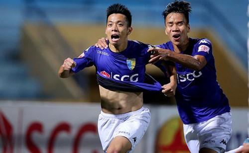 Nguyễn Văn Quyết (trái) là đội trưởng, và là cầu thủ nội ghi bàn nhiều nhất cho CLB Hà Nội mùa trước.
