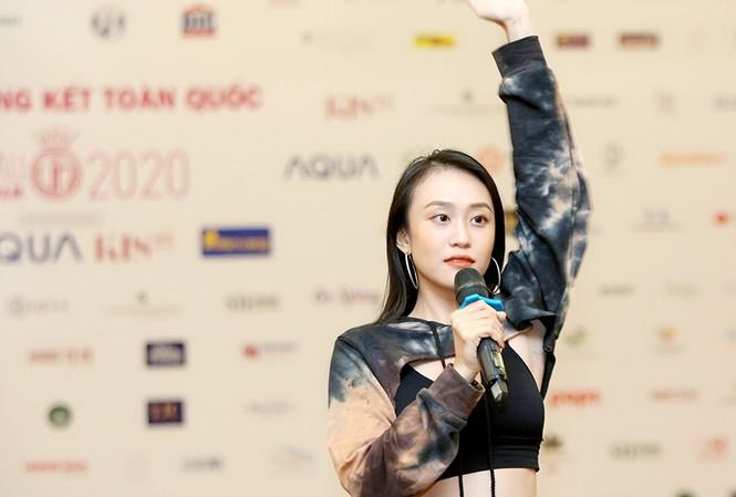 Biên đạo múa Kim Anh hướng dẫn các thí sinh HHVN 2020 tập luyện vũ đạo. Ảnh: Trọng Tài.