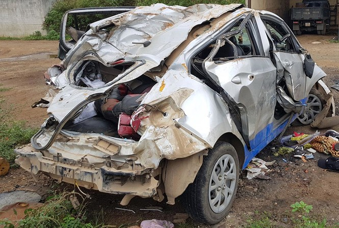 Chiếc taxi bị biến dạng sau tai nạn