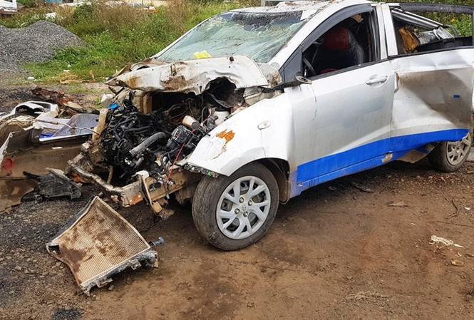 Chiếc  taxi bể nát sau vụ tai nạn