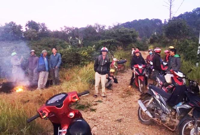 Một đoàn người tìm sâm bị chặn lại ở cửa rừng Vườn quốc gia