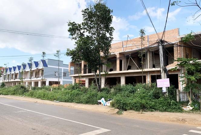 Hai dãy nhà dịch vụ của bến xe nhưng lại quay mặt ra đường Trần Phú
