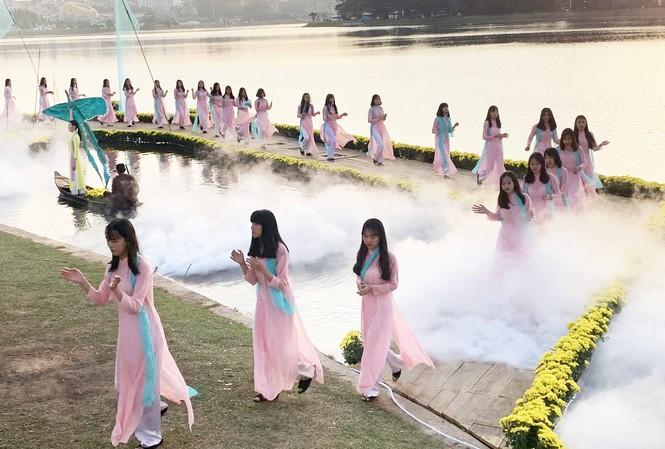 Trình diễn thời trang tơ lụa bên hồ Xuân Hương thơ mộng