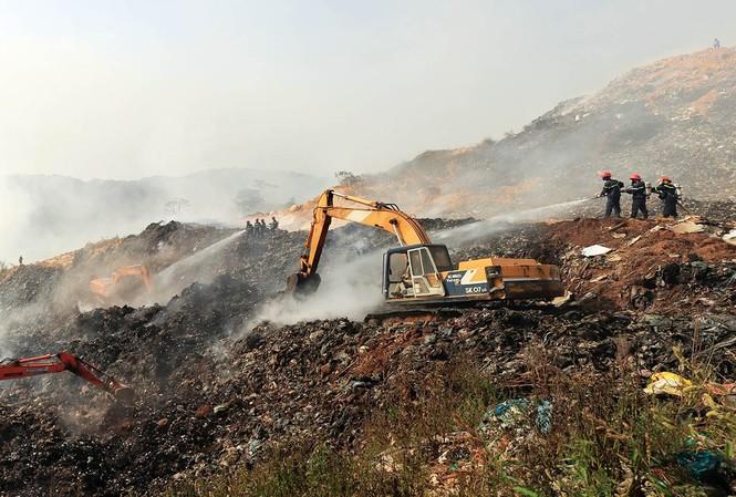 Chữa cháy tại bãi rác Cam Ly