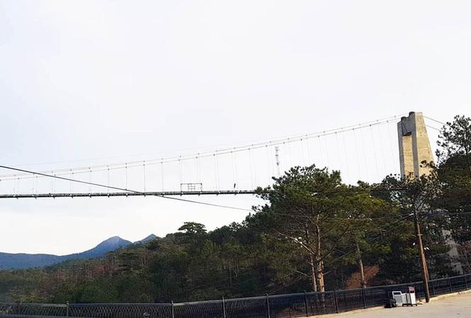 Một góc công trình cầu đáy kính
