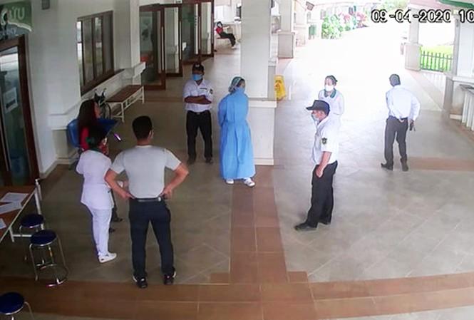 Ông Hùng chống nạnh đe dọa, xúc phạm nhân viên bệnh viện-ảnh cắt từ clip